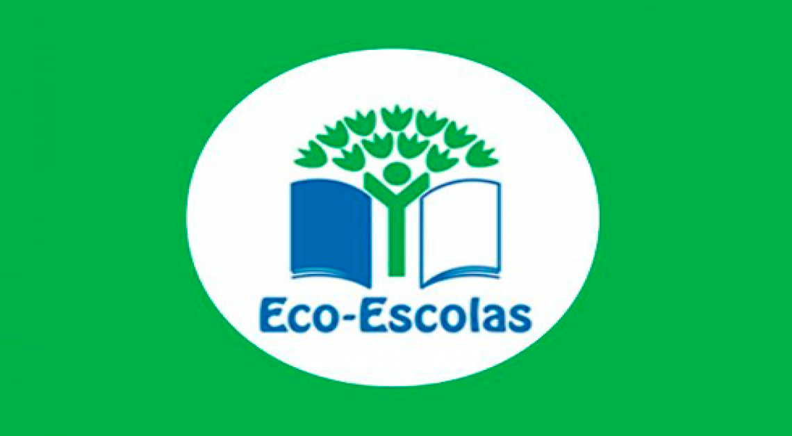Bandeiras do ECO-ESCOLAS hasteadas.