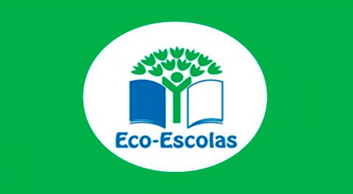 Bandeiras do ECO-ESCOLAS hasteadas.